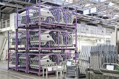 Vervangstukken in een autofabriek Stock Foto's