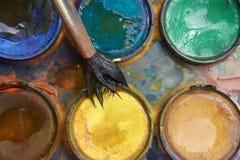 Verven en kinderachtig het schilderen materiaal, Waterverf en borstels, de verven van de waterkleur Stock Fotografie