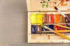 Verven voor tekening, palet en borstel stock afbeeldingen