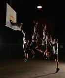 Vervierfachen Sie Bewegungen eines Basketballs Lizenzfreie Stockbilder