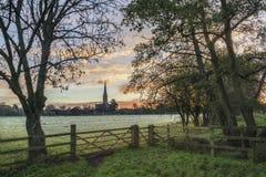 Övervintra den frostiga staden för den soluppgånglandskapSalisbury domkyrkan i Engl Royaltyfria Bilder