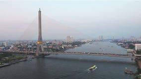 Vervoer bij de brug in Bangkok stock videobeelden