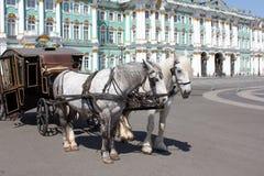 Vervoer dat door twee paarden wordt getrokken Royalty-vrije Stock Afbeelding