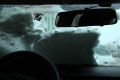Vervoer, de winter, weer, mensen en voertuigconcept - mensen schoonmakende sneeuw van auto met schraper gaszuiveraar in mensen` s Stock Fotografie