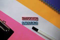 Vervoer Delocaliseringstekst op kleverige nota's met het concept van het kleurenbureau stock fotografie