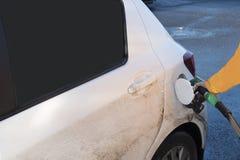 vervoer en eigendomsconcept - brandstof van de mensen de pompende benzine royalty-vrije stock afbeeldingen