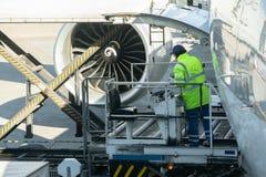 Vervoer en logistisch concept door vliegtuig voor logistische Invoer-uitvoer - Ladingsplatform van luchtvracht aan de vliegtuigen royalty-vrije stock afbeeldingen