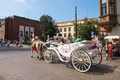 Vervoer en paarden in Krakau, Polen Niet geïdentificeerde mensen royalty-vrije stock afbeeldingen