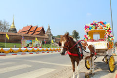 Vervoer en tempel in lampang, Thailand Stock Fotografie