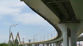Vervoer onder de Millenniumbrug met meningen van de stad Kazan Stock Foto