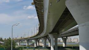 Vervoer onder de Millenniumbrug met meningen van de stad Kazan Stock Afbeeldingen