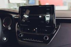 Vervoer, technologie en voertuigconcept - mens die van het de controle de duwende paneel van het autosysteem interface van het de royalty-vrije stock foto's