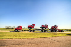 Vervoer van drie nieuwe rode vrachtwagens Royalty-vrije Stock Foto's