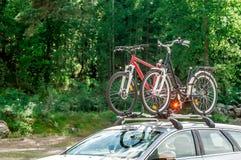 Vervoer van fietsen op het dak van de auto Stock Foto's