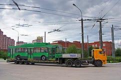 Vervoer van trolleybus op het platform dat slepentractoren van KAMAZ-vrachtwagen in Vidnoe met behulp van stock foto