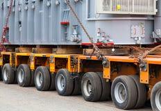 Vervoer van zware, overmaatse ladingen en bouwmachines Stock Afbeelding