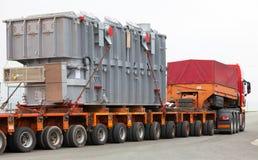 Vervoer van zware, overmaatse ladingen en bouwmachines Stock Fotografie