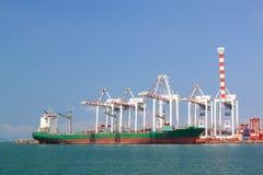 Vervoer, vrachtschip en containers met grote kraan Stock Foto