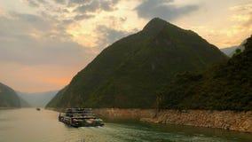 Vervoerschepen die door Wu-Kloof langs Yangtze-Rivier in China overgaan royalty-vrije stock foto's