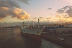 Vervoerschip bij de pijler Stock Foto