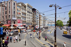 Vervoerverkeer en menigte van mensen op bezige stadsstraat van Istanboel Royalty-vrije Stock Afbeelding