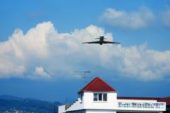 Vervoervliegtuigen in blauwe hemel Royalty-vrije Stock Afbeelding