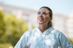 Vervollkommnen Sie des aktiven das blonde junge sichere Energiegeschäft Sportlerin-Zimmergenossen des Lächelns Lizenzfreies Stockfoto