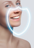 Vervollkommnen Sie Lächeln nach Bleiche Zahnpflege- und weiß werdenzähne lizenzfreies stockbild