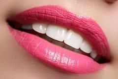 Vervollkommnen Sie Lächeln nach Bleiche Zahnpflege- und weiß werdenzähne Frauenlächeln mit den großen Zähnen Nahaufnahme des Läch Stockbild