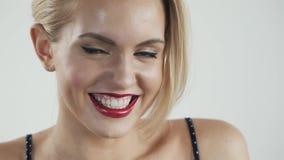 Vervollkommnen Sie Lächeln nach Bleiche Zahnpflege- und weiß werdenzähne Stomatologie und Schönheitspflege Frau, die mit großem l stock video footage