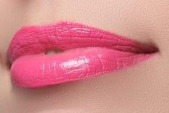 Vervollkommnen Sie Lächeln Schöne volle rosa Lippen Rosa Lippenstift stockfotografie