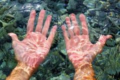 Vervormd golvend van het de rivierwater van handen onderwater royalty-vrije stock foto's