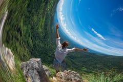 Vervorming van horizon Kaukasische vrouw die zich bovenop berg in Ella Sri-lanka bevinden Stock Fotografie