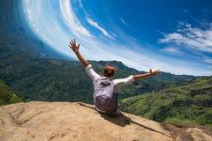 Vervorming van horizon Kaukasische vrouwenzitting bovenop berg in Ella Sri-lanka Stock Foto's