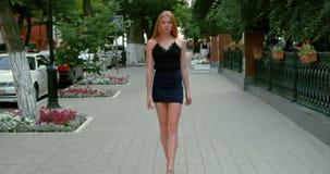 Vervuil het jonge vrouw lopen naar de camera en stock video