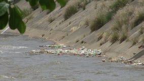 Vervuilde wateren van rivier stock video