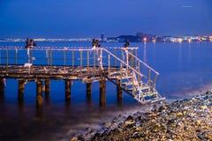 Verwüstete Dock-blaue Nacht mit ruhigem See lizenzfreie stockbilder