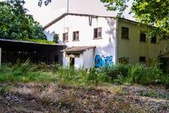 Verwüsteter Altbau mit Graffiti - die Türkei Lizenzfreies Stockfoto