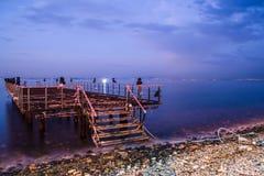 Verwüstetes Dock auf Sonnenuntergang mit ruhigem See lizenzfreie stockbilder