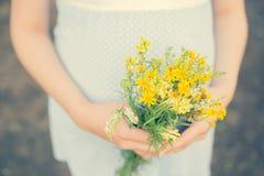 Verwachting van het de geboortekind van het Wildflowers de zwangere moederschap Stock Afbeelding