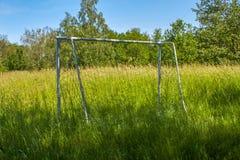 Verwaister, einsamer Fußballplatz stockfotos