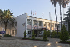 Verwaltungs-Gebäude des Adler-Bezirkes von Sochi in den Strahlen des aufgehende Sonne Stockbilder