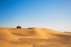 Verwanztes Fahrrad in der Wüste Stockbilder