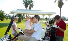Verwanztes grünes Feld der Gruppe der jungen Leute des Golfplatzes Lizenzfreies Stockfoto