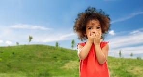 Verward Afrikaans Amerikaans meisje die mond behandelen stock fotografie
