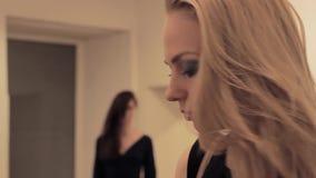 Verward blondemeisje die ongerustheidsblik van rivaliserend brunette voelen stock video