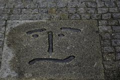Verward die smileygezicht in steen wordt gesneden royalty-vrije stock foto's