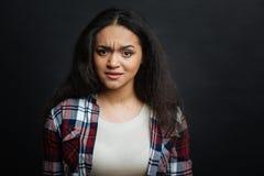 Verward jong Spaans Amerikaans meisje die emoties binnen uitdrukken stock fotografie