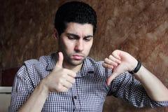 Verwarde Arabische Egyptische zakenman met dreun neer en omhoog Royalty-vrije Stock Fotografie
