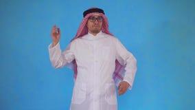 Verwarde Arabische mensentribunes op een blauwe achtergrond stock videobeelden